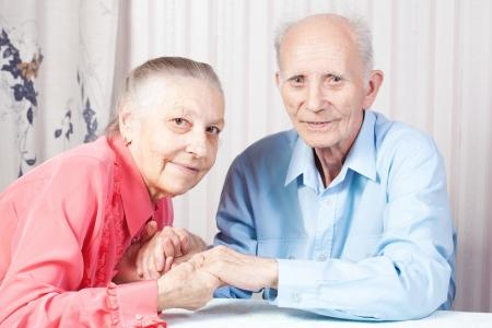 Positif heureux couple de personnes âgées