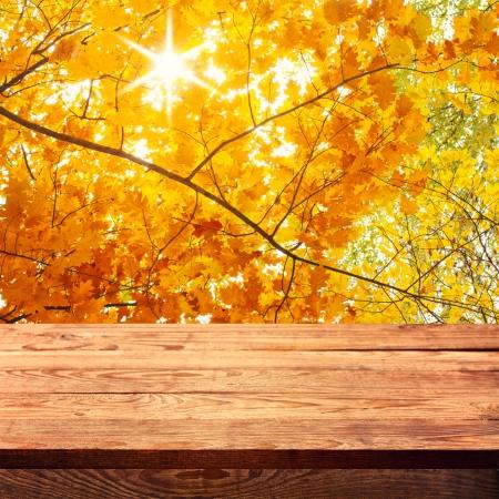 Leere Holzdeck Tisch mit Tischdecke für die Produktmontage. Herbstlandschaft. Freier Platz für Ihren Text
