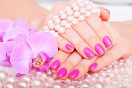 orchidee: Bella Manicure e Pedicure in salone spa. Concetto cosmetici cura del corpo Archivio Fotografico