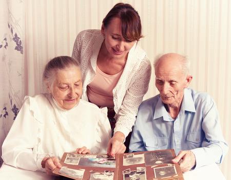 Älterer Mann, eine Frau mit ihren Pflegekraft zu Hause Konzept der Gesundheitsversorgung für Ältere Alte Menschen, Behinderte Standard-Bild