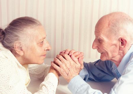 Senior Mann, eine Frau mit ihrem zu Hause Konzept der Gesundheitsversorgung für Ältere Alte Menschen, Behinderte