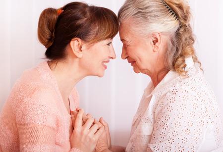 Senioren Frau mit ihrem Betreuer zu Hause