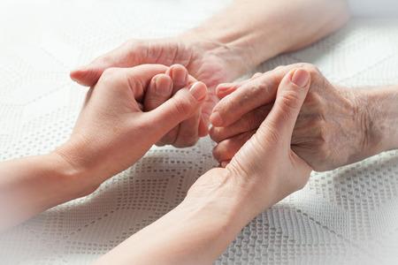 Zorg is thuis van ouderen. Concept van gezondheidszorg voor ouderen bejaarden, gehandicapten Stockfoto