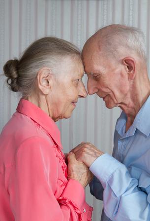 vejez: Retrato de la sonrisa pareja de ancianos. Los ancianos tomados de la mano. Concepto de la fidelidad conyugal, que prev� la vejez, la fiabilidad