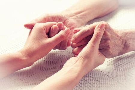 수석 남자, 집에서 간병인을 가진 여자. 노인 노인을위한 건강 관리의 개념은 사용할 수 없습니다. 노인.