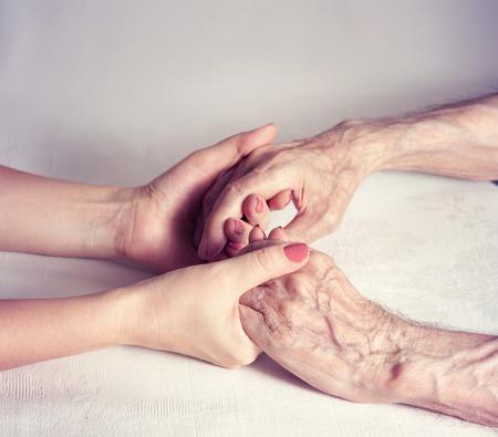 Senior Mann, Frau mit ihrem Betreuer zu Hause. Konzept der Gesundheitsversorgung für ältere Menschen alte deaktiviert. Älterer Mann. Standard-Bild