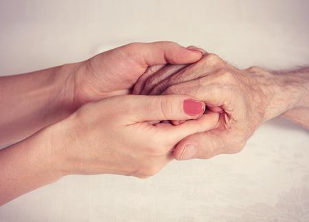 Älterer Mann, Frau mit ihrer Bezugsperson zu Hause. Konzept der Gesundheitsversorgung für ältere Menschen alt deaktiviert. Älterer Mann.