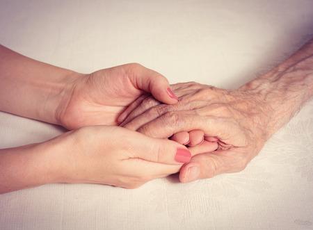personas saludables: Senior hombre, mujer con su cuidador en el hogar. Concepto de la atenci�n de salud para las personas mayores de edad avanzada desactivado. Hombre de edad avanzada. Foto de archivo