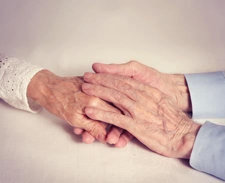 mano anziano: Gli anziani si tengono per mano del primo piano. Concetto di fedelt� dell'amore affidabilit� tanti anni insieme. Felice anziano donna coppia uomo.