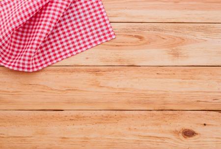 servilletas: Cuaderno puro para el men�, receta grabaci�n en rojo a cuadros tart�n mantel. Mesa de madera vista de cerca de la parte superior