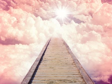 Blauer Himmel mit Sonne und schönen Wolken. Treppen im Himmel Weg zum Himmel. Lila Toning Standard-Bild
