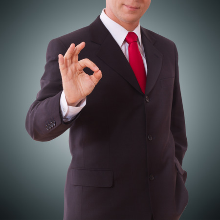 buen trato: De negocios que muestra signo perfecto gesto de la mano excelente, buenas grandes s� okay. Concepto buen negocio. Centrarse en la mano de hombre de negocios