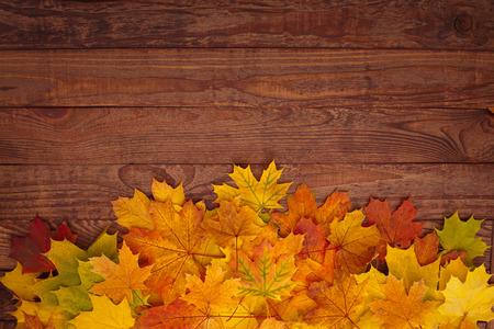 Herbstlaub auf Holztisch. Es wird Herbst, genießen Sie die Saison