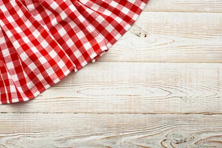 白の木製テーブルの上の格子模様のテーブル クロスの平面図です。ユニークな視点 写真素材