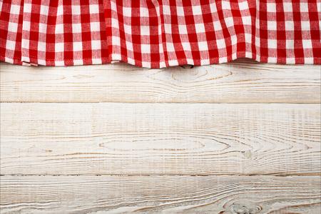 Draufsicht auf karierten Tischdecken auf weißen Holztisch. Einzigartige Perspektiven Standard-Bild