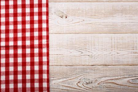 흰색 나무 테이블에 체크 무늬 식탁보의 상위 뷰입니다. 독특한 관점