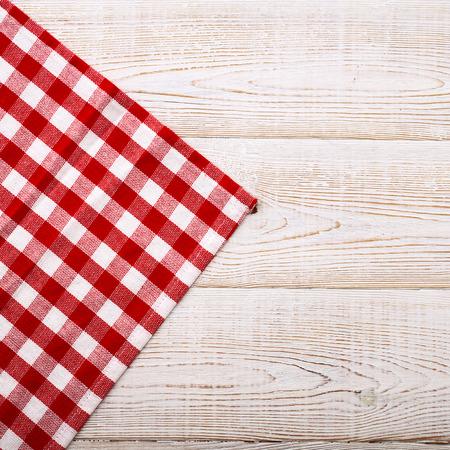 servilleta: Vista superior de mantel a cuadros en la mesa de madera blanca. Perspectivas �nicas