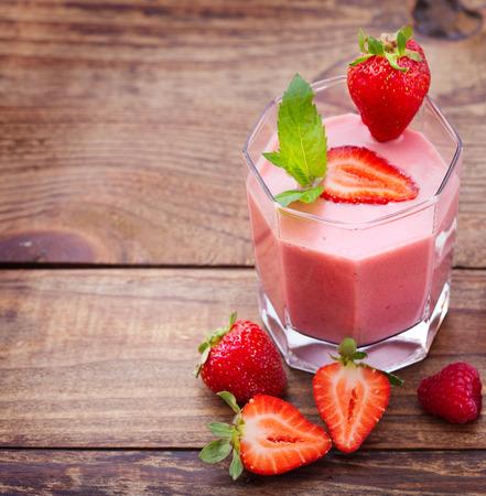 erdbeer smoothie: Trinken Smoothies Sommer Erdbeere, Brombeere, Himbeere auf Holztisch.