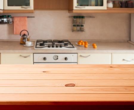 estufa: Interior de la cocina vacía mesa de madera de cerca. horizontalmente