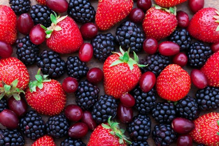 딸기, 나무 테이블에 여름 과일. 건강한 라이프 스타일 개념, 상위 뷰 가로,