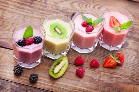 Beber batidos de fresa verano, mora, frambuesa en mesa de madera. Foto de archivo - 38224450