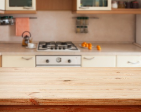 Keuken interieur lege houten tafel close-up. horizontaal