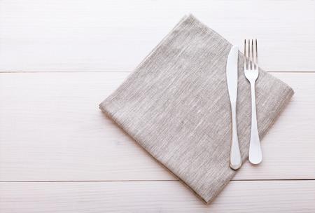 Leere Teller, Besteck, Tischdecken auf weißem Tisch für das Abendessen.