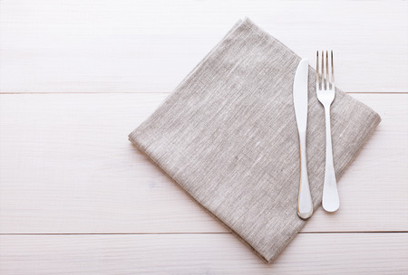 Empty plates, cutlery, tablecloth on white table for dinner. Stockfoto