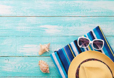Vacaciones de verano en la playa de la costa. Ropa de playa en el fondo de madera. Vacaciones en el mar
