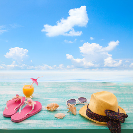 Summer Holidays in Beach Seashore. Beachwear on wooden background. Vacation at sea 版權商用圖片 - 40117556