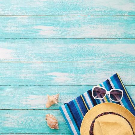 sommer: Strand an sonnigen Tag mit Holzsteg und Strand-Accessoires Mock-up für Design