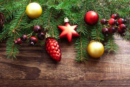 나무 배경에 크리스마스 장식. 크리스마스 트리