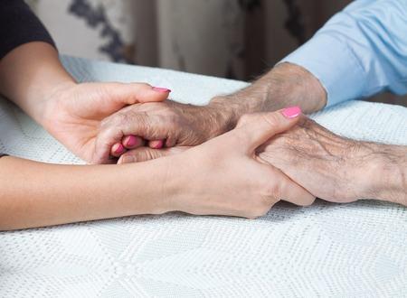 persona de la tercera edad: El cuidado es en el hogar de ancianos. Espacio para el texto. Senior hombre, mujer con su cuidador en casa. Concepto de la atenci�n de salud para las personas mayores de edad, personas con discapacidad. Hombre de edad.
