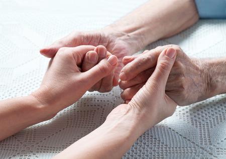 persona enferma: El cuidado es en el hogar de ancianos. Espacio para el texto. Senior hombre, mujer con su cuidador en casa. Concepto de la atenci�n de salud para las personas mayores de edad, personas con discapacidad. Hombre de edad.