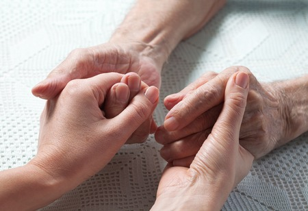 Pflege zu Hause ist für ältere Menschen. Platz für Text. Älterer Mann, eine Frau mit ihrem Betreuer zu Hause. Konzept der Gesundheitsversorgung für ältere alte Menschen, Behinderte. Ältere Menschen. Standard-Bild