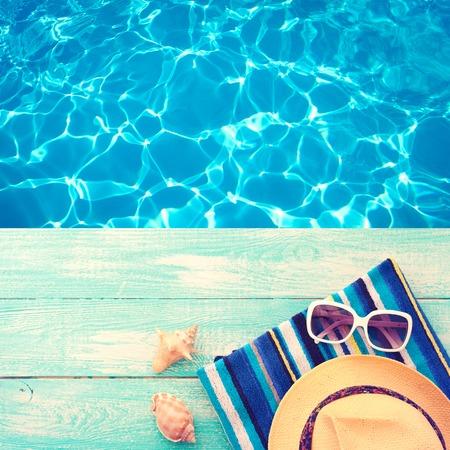 Vacaciones de verano. Sandalias rosadas por la piscina. Superficie azul del mar con olas, agua textura. Piso maqueta para el diseño. Foto de archivo - 43874076