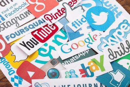 Kiew - 22. August 2015: Sammlung von beliebten Social-Media-Logos, die auf Papier gedruckt: Facebook, Twitter, Google Plus, Instagram, Pinterest, Skype, YouTube, Linkedin und andere auf Holzuntergrund