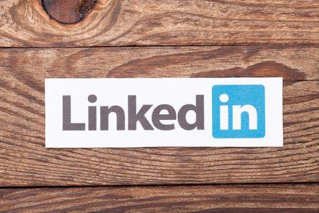키예프, 우크라이나 - 년 8 월 (22), 2015 링크드 인 로고 기호 종이에 인쇄 및 나무 배경에 배치. 링크드 인은 비즈니스 소셜 네트워킹 서비스입니다.