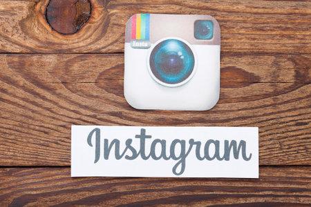 Kiew, Ukraine - 22. August 2015: Instagram Logotype Kamera auf Papier gedruckt und auf Holzuntergrund gelegt. Instagram ist eine mobile Online-Foto-Sharing, Video-Sharing-Dienst. Editorial