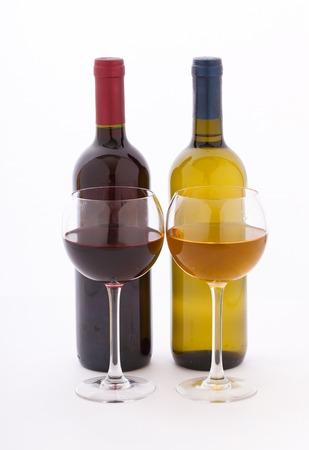 copa de vino: Vasos y botellas de vino. Piso maqueta para el diseño inusual en el fondo blanco.