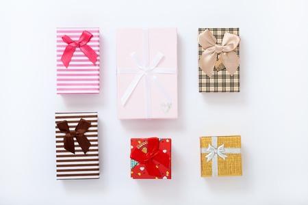 흰색 배경 상위 뷰에 선물 상자. 청첩장, 어머니의 날 인사말 카드입니다. 아름다운 생일 초대장입니다. 텍스트에 대 한 조롱.