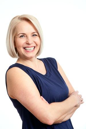 dientes sanos: Amistoso sonriente mujer de mediana edad aisladas sobre fondo blanco