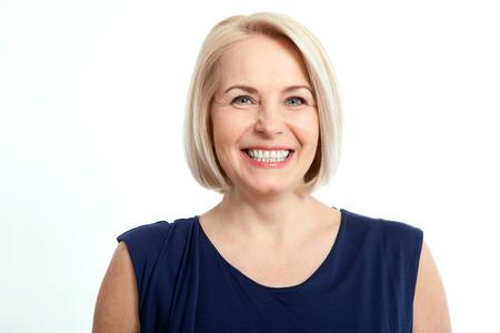 Freundlich lächelnde Frau mittleren Alters isoliert auf weißem Hintergrund