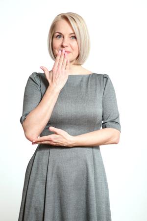 Portrait schöne Frau mit dem Finger auf die Lippen, oder Zeichen geheime Geste der Hand isoliert auf weißem Hintergrund