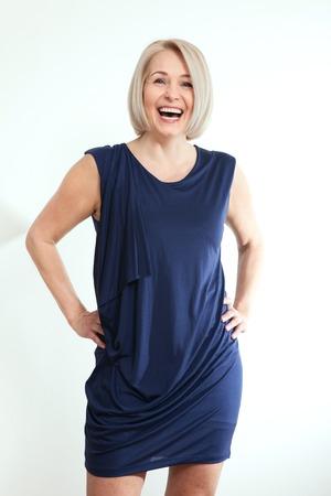 高齢女性の笑顔は、白で隔離幸せな成熟した実業家の中間の肖像画。