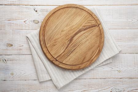 Deska do pizzy, serwetka na kanwie z koronki na drewnianym stole. Widok z góry makiety