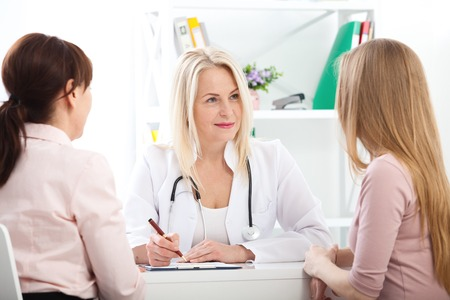 doctor explaining diagnosis to her female patient Standard-Bild