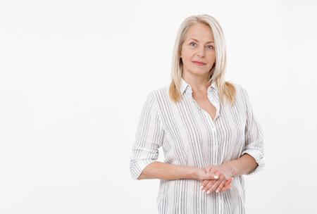 Amable sonriente mujer de negocios de mediana edad aislado sobre fondo blanco.