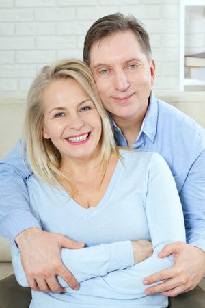 retrato de mediana edad pareja aislada en el fondo blanco .