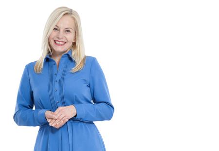 Freundliche lächelnde Frau mittleren Alters im blauen Kleid lokalisiert